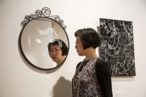 左《わたしと目が合うとき》鏡、銀600×500×20mm 2016 右《線の向こうの私》 アクリル、マーカー 600×450×30mm 2016